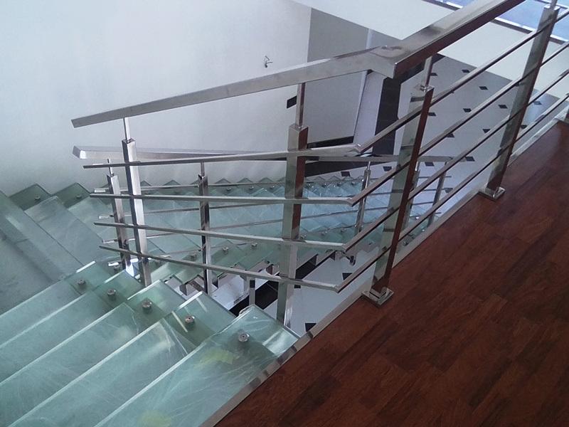 Стеклянная лестница, Перила из нержавейки