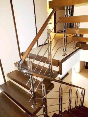 Лестница с деревянными ступеньками, ограждение из нержавейки и дерева