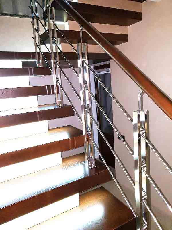 Ограждение лестницы из нержавейки с деревянным поручнем
