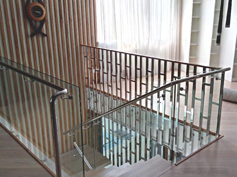Лестница с ограждением из нержавейки 1
