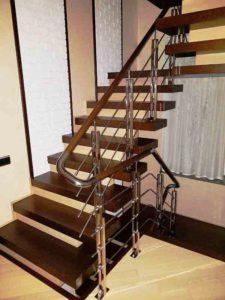 лестница из нержавейки с деревянными ступеньками, ограждение лестницы из нержавейки с деревянным поручнем, перила из нержавейка поручень дерево